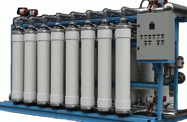 目前市场上生产超滤桶装矿泉水设备的厂家有很多,它们都会根据客户的实际生产情况设计生产设备,解决水质的问题。莱特莱德水处理公司多年来一直从事水处理行业,拥有成熟先进的技术,可以为客户提供专业的超滤桶装矿泉水设备解决方案,所生产的设备受到了客户的一致好评。    超滤桶装矿泉水设备原理   超滤桶装矿泉水设备通过超滤膜的过滤作用达到了净水的目的。这套设备的过滤精度达到了0.